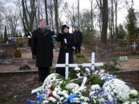 Matti Päts abikaasaga oma vanaisa Jaani ja vanaema Alice'i haual.   Foto: Tiiu Pikkur    - pics/2008/11/21769_2_t.jpg
