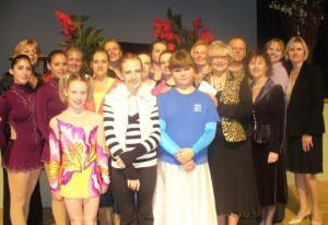Grupp eestlastest osavõtjaid 16. novembril toimunud võimlemispeol Eesti   Majas. Foto: A. Raudkivi  - pics/2008/11/21782_1_t.jpg