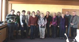 Juhatuse esinaine Maie Kisis - Vainumäe keskel, esimene asejuhataja Meeli Bagger temast paremal, teine abiesinaine Mare Rahkema vasakult neljas.Videofoto - pics/2008/11/21794_1_t.jpg