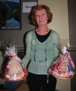 Norra suursaadiku abikaasa näitab kransekake'sid (rõnga- ehk krantsikujulisi kooke) mida süüakse Norras ja Taanis erilise magustoiduna jõuludel ja vana aasta õhtul, aga ka pulmades ja ristsetel. Mandlitest, suhkrust ja munavalgetest tehtud koogirõngad laotakse püramiidi. Ideaalselt on rõngad pealtnäha kõvad, kuid hamba all pehmed. - pics/2008/11/21842_6_t.jpg