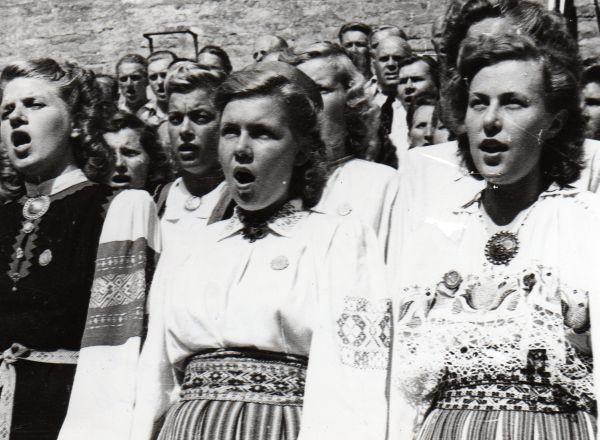 01 Augsburgis laulupeol 1946 esireas paremal Hilve Ennemuist (hiljem Shuey), keskel Saima Nõmmisto.jpg - pics/2008/11/21866_1.jpg