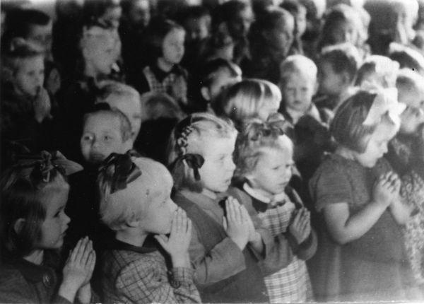 08 Geislingenis pühapäevakool 1947.jpg - pics/2008/11/21866_10.jpg