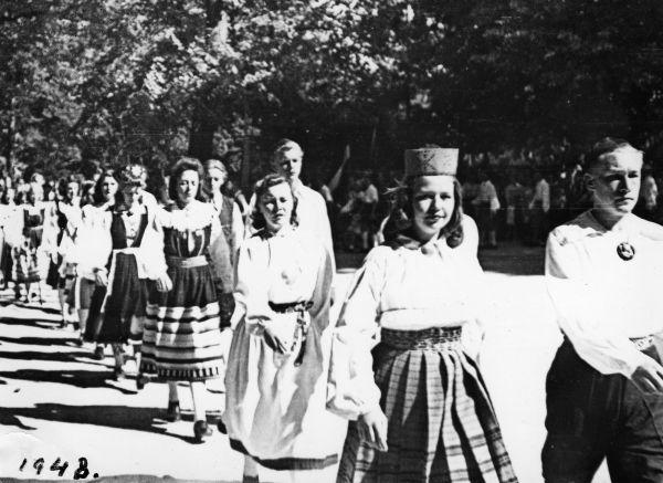 06 Geislingenis 1948 keskel Mustjala riietes Ines Tabola (Poltov), ta partner Leo Hannibal, nende ees valges Iris Holland (Saar).jpg - pics/2008/11/21866_7.jpg