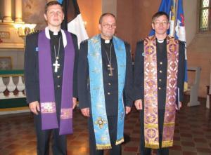 Valdo Lust (vasakul)  koos politsei peakaplan Jaan Jaani ja kaplan  Ago Randiga Paide kirikus mälestustahvlite avamisel. T.P. - pics/2008/12/21935_1_t.jpg