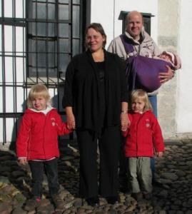 Merike oma perega Tallinna Toomkiriku ees. Foto: T.P. - pics/2008/12/21939_1_t.jpg