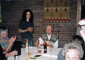 Tütretütar pidamas vanaisale kõnet tema 90. juubelil.  Foto: perekonnaarhiivist   - pics/2008/12/21955_1_t.jpg