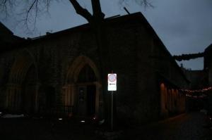 Oma kunagise kõrguse kaotanud Dominiiklaste kloostri Püha Katariina kirik esimese advendi õhtul. Paremal on Katariina käik. - pics/2008/12/22062_3_t.jpg