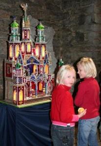 Krakovi losse meenutavad sõimed kujutavad uhkeid hooneid linnapildist, kõige enam Püha Maarja basiilikat. Torni tipust ei puudu poola kotkas ning eksponeeritud variandis keerlesid tillukesed ratsahobused. Raske oli selles melus Jeesuslast leidagi. - pics/2008/12/22062_6_t.jpg