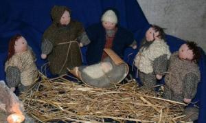 Täiesti teistlaadi jõulusõime pere moodustasid Elvas kootud tegelaskujud, meistriks Anneli Aan. Jeesuslaps magab väikesel kasetohurullil. - pics/2008/12/22062_7_t.jpg
