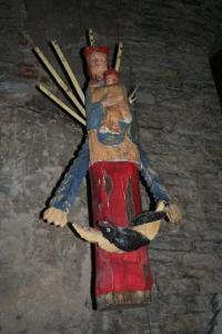 Üks kiriku vähestest kaunistustest, Neitsi Maarja ja Jeesuslapse rippuv kuju. - pics/2008/12/22062_9_t.jpg