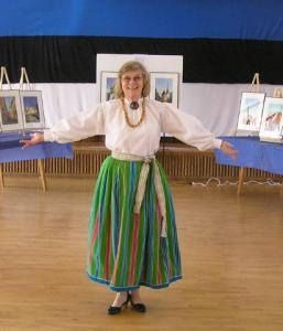 Enda Bardell tänavu märtsis oma soolonäitusel Meie Kodu saalis Vancouveris.Ema õetütar Silvi Korp Eestist kudus talle seelikukanga ja õmbles pluusi.   - pics/2008/12/22066_1_t.jpg