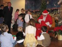 Peapiiskop Andres Taul julgustab tütrepoega Jaaku jõuluvanale lähenema.  Foto: T. Roiser   - pics/2008/12/22166_2_t.jpg