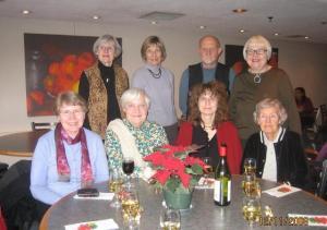 Fotol on raamatukogu vabatahtlikud koos prof. Tiina Kirsiga jõulueelsel   koosviibimisel Tartu College¹i kohvikus.  Istuvad (vas.): Vaike Rannu, Ellen   Bishop, Tiina Kirss ja Juta Ilves.  Seisavad: Maie Ilves, Reet Sepp, Andrus Vahtra ja Alliki Arro.  Pildilt puuduvad Els Greensides ja Anu Jõe. - pics/2008/12/22179_1_t.jpg