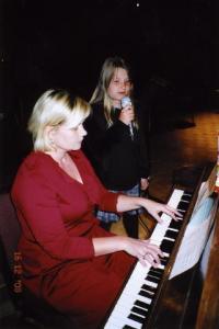 """Maili Vessmanni """"Jõulusära"""" saatis klaveril Kaire Hartley     - pics/2008/12/22182_3_t.jpg"""