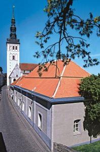 Rootsi-Mihkli / Swedish St. Michael's church at Rüütli tänav 9. The steeple of Niguliste kirik (St. Nicholas' church), museum and concert hall can be seen in the background. Photo: S:t Mikaels webpage - pics/2008/12/22271_2_t.jpg