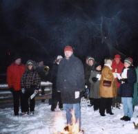 Õp. Ants Tooming mõtestas karges õhus praksuva lõkke kõrval lahti  jõulusõnumi. Foto: EE - pics/2008/12/22294_1_t.jpg