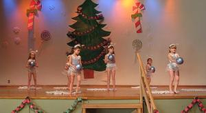 TES Lasteaia jõulupuul esines Ritmika võimlemisgrupp Annely Riga juhatusel. Foto: M. Kiik  - pics/2008/12/22295_2_t.jpg