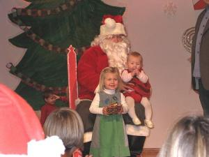 Imbi ja Eila Uukkivi külastavad jõuluvana. Sel korral olid jõuluvana näojooned veidi sarnased Imbi ja Eila vanaisa Laas Leivati omadega. Foto: M. Kiik  - pics/2008/12/22295_3_t.jpg