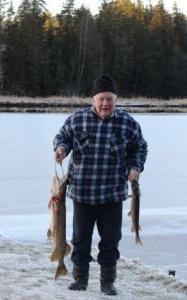 Uue aasta esimene töö: Metsakodu ainus aastaringne elanik Jüri Baumann Luigejärvel hauge püüdmas. Siin uhke saagiga. Foto: Milvi Link - pics/2009/01/22404_3_t.jpg