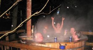 Vana aasta viimane toimetus oli saunaskäik. See vaheldus mõnulemisega Luigejärve kaldal auruvannis. Mõnulejad on seekord mehed, naised on juba leilisaunas. Foto: Milvi Link - pics/2009/01/22404_4_t.jpg