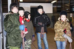 Noorte esimene tegevus aastal 2009 oli ratsakooli külastamine ja ratsutamine Metsakodu lähistel. Stardiks on valmis (vasakult) Reet Palm, Matilda Siling, Heino Ollin, Erik Karlsson ja Johanna Siling. Foto: Maare Ollin - pics/2009/01/22404_9_t.jpg