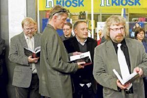 """Raamat """"MÄSS, DETSEMBRIMÄSS  """"APRILLIMÄSS"""" on tekitanud Eesti avalikkuses suurt huvi. Tagaplaanil ekspeaminister Mart Laar raamatut uudistamas. Foto: Rene Suurkaev - pics/2009/01/22421_2_t.jpg"""