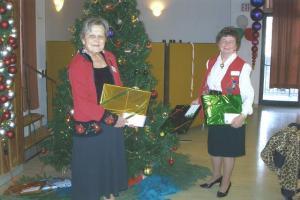 Leili Nurm (vas.) ja Maie Lees Castleview hooldekodu jõulukoosviibimisel.  Foto: A. Kaups  - pics/2009/01/22601_1_t.jpg