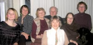 Ants Viires oma naisperega Tallinnas: vasakult tütred Epp Viires ja Mai Tiits, abikaasa Evi Tihemets, tütred Liina ja Tiiu Viires ning ees vennatütar Hille Viires Montrealist. Foto: Gary Kirchner - pics/2009/01/22667_2_t.jpg