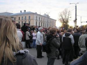 Rahvas on kogunenud Tõnismäele Rahvusraamatukogu juurde pronkssõduri äraviimise päeval. Keskel MTÜ Vene Kodanike Ühenduse Eestis liider Vladimir Lebedev. Foto: Viido Polikarpus. - pics/2009/01/22681_1_t.jpg