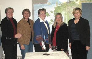 Toronto Eesti Seltsi juhatuse liikmed (vas.): Anne Orunuk, Elle Rosenberg,Naani Holmser, Anne-Liis Keelmann ja Tiiu Uusberg. - pics/2009/02/22733_1_t.jpg