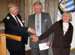 Esimees Johannes Pahapill ja abiesimees Leida Helde õnnitlevad värsket ühingu auliiget Heikki Paarat. Foto: E. Purje   - pics/2009/02/22744_2_t.jpg