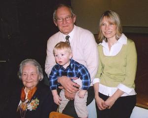 Neli põlvkonda: Nelly Lind, poeg Tõnis Lind, Tõnise tütar Sheryl Lind ja teise tütre poeg Sialas Smith. Foto: P.R.     - pics/2009/03/23081_3_t.jpg