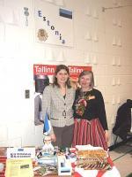 Fotol (vas.): Ottawa Eesti Suursaatkonna sekretär Helen Naarits ja kultuurireferent Ülle Baum Eesti väljapanekute juures. - pics/2009/03/23093_1_t.jpg