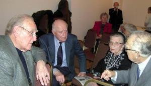 Peakoosolekul osalenud seltsi liikmed omavahelises vestluses (vas.): Valter Väli, Elmar Tampõld, Helmi Tüll ja  Vilbert Tüll.  Foto: VK       - pics/2009/03/23133_3_t.jpg