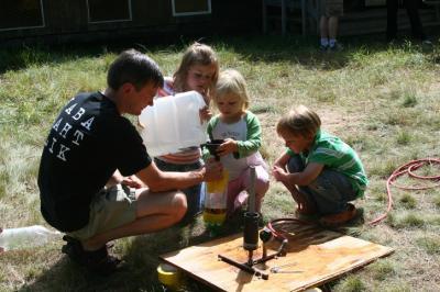 Lapsed õpivad veeraketi tehnikat 2008. a. Kotkajärve Metsaülikooli lasteprogrammis. Vas.: Tauno Mölder, Annika Kiili (Eestist), Eneli Mölder ja Gustav Hanson (USAst). - pics/2009/04/23252_1_t.jpg