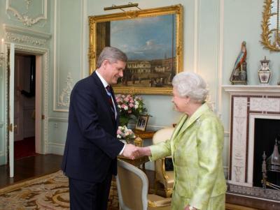Kanada peaminister Stephen Harper ja Suurbritannia kuninganna Elizabeth II kohtusid Londonis G20 foorumi raames Buckinghami palees. Foto: Deb Ransom, saadud Kanada peaministri kantseleist. - pics/2009/04/23306_1_t.jpg