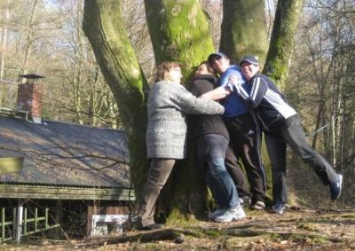 Puudekallistajad Evi, Jaane, Leena ja Meeri. Nii pannakse mahlakuul puudel mahlad jooksma. - pics/2009/04/23472_13_t.jpg
