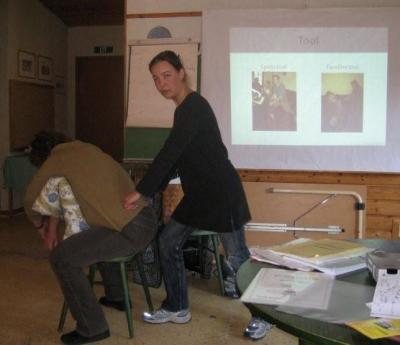 Külaline Hiiumaalt Jaane demonstreerib tai massazhi, mida ta on nii Eestis kui Tais õppinud. - pics/2009/04/23472_16_t.jpg