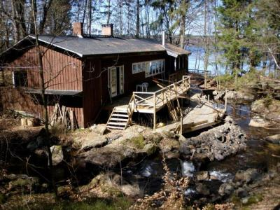 Iga saun on oma tegijate ja asukoha nägu ning selline näeb välja 1960-ndate alguses ehitatud Koitjärve saun Lääne-Rootsis. Puude tagant kumab Lygnerni järv, kuid rada järveni on veidike liiga pikk, et sinna mugavalt sulpsata.(Karastuseks on aga kohati 50 meetri sügavuseni ulatuv järv ülihea. 18 km pikk järv on südasuvelgi ülikarge.) Nüüd ehitatakse sauna taha rõdu ning süvendatakse oja, mille käärus saun asub. Tulevikus saab siis treppi mööda vette laskuda. Järgmisena saab saunake köetud eeloleval nädalavahetusel, kui toimuvad esimesed tänavused Koitjärve talgud. 1.- 3. maini aga võtavad leili siin laululaagrist osavõtjad - Göteborgi Eesti Segakoori ja Kopenhaageni eesti kooride liikmed, kes teevad koos laulupeoks viimast lihvi. - pics/2009/04/23472_4_t.jpg