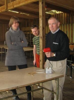 Lovisa Reesalu (Göteborgi koguduse õpetaja Jaak P. Reesalu tütar), laagrijuht Urmas Lepik ja tema isa Rein Lepik põletusrauaga ähvardamas. - pics/2009/04/23472_5_t.jpg