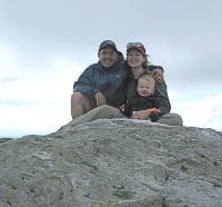 Lembi, Rein ja Daniel Mt. Mansfieldi mäe tipus Vermonti osariigis eelmisel suvel. Perekonnale meeldib väga koos matkamas käia. Enne Reinu sündimist ronisid Lembi ja Daniel Mt. Whitney mäe tippu (kõige kõrgem mägi Ameerikas, kui mitte kaasa arvata Alaska osariiki) ja Mt. Kilimanjaro mäe tippu, mis on kõige kõrgem mägi Aafrikas. Isegi Rein on juba kolm korda Alpides tippu jõudnud (isa seljas muidugi). Foto erakogust - pics/2009/04/23478_2_t.jpg