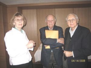 Pärast loengut. Vas.: dr. Sirje Kivimäe, Elmar Tampõld ja Erich Rannu.  Foto: Vaike Rannu     - pics/2009/04/23479_1_t.jpg