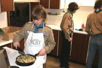 """Lembitu skaudid: võitja salk """"Nahkhiired³ köögis suurepärast omletti valmistamas ning tagaplaanil on poisid kööki koristamas, jättes selle puhtana järgmisele salgale.  Foto: T. Kütti      - pics/2009/05/23601_1_t.jpg"""