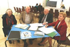 Revisjonikomisjoni liikmed Aino Raun, Walter Kongats ja Arno Kapp enne aastapeakoosolekut ühingu rahalisi toiminguid kontrollimas, dokumente esitab laekur Hilda Härm.  Foto: Johannes Pahapill - pics/2009/05/23674_1_t.jpg