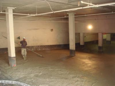 Töömees silumas ja viimast lihvi andmas garaazhi põrandale. Foto: Jaan Meri - pics/2009/05/23751_3_t.jpg