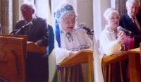 Vas.: Ivar Rammo kõnelemas virulastele. Virulaste Koondise esimees Elna Libe tervitamas peolisi. Pianist Eva Rammo ja Paavo Loosberg on saanud tänutäheks lilli. Foto: V. Libe - pics/2009/05/23756_1_t.jpg