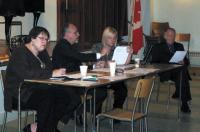 Vas.: laekur Leena Liivet, abiesimees dr. Jaan Reitav, kirjatoimetaja Kairi Taul-Hemingway, ja  õp. Andres Taul. Foto: T. Roiser - pics/2009/05/23758_1_t.jpg