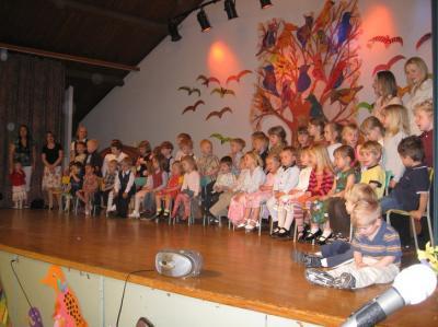 Toronto Eesti Seltsi Lasteaia lapsed Toronto Eesti Maja laval emadepäeva- ja lõpuaktusel. Foto: Martin Kiik - pics/2009/05/23770_1_t.jpg