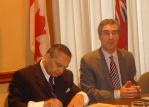 Fotol Kanada Etnilise Pressi ja Meedia Nõukogu president Thomas Saras (vas.) ja Michael Ignatieff. Foto: Adu Raudkivi - pics/2009/05/23772_1.jpg