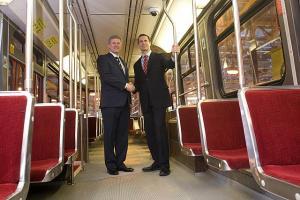 Kanada peaminister Stephen Harper (vas.) ja Ontario peaminister Dalton McGuinty tutvusid 15. mail TTC-ga.   Foto: Jason Ransom, saadetud peaministri kantseleis - pics/2009/05/23878_2_t.jpg